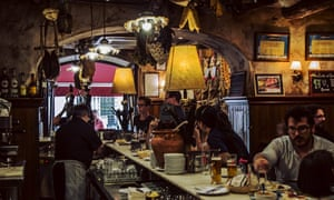 Ocupado bar en Mesón Cumbres Mayores, Cádiz, España.