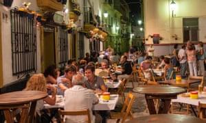 Las personas en la terraza en la Plaza Tio de la Tiza, Taberna Tio de la Tiza, noche, Cádiz, Andalucía, España