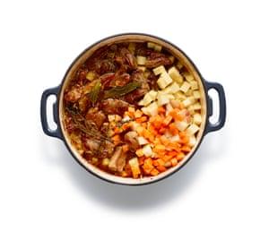 Triture algunas de las papas en la salsa, luego agregue el segundo lote de papas, zanahorias y sueco.