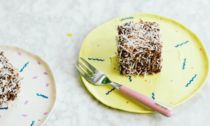 Lamingtons en un plato decorativo de Global Vegan por Ellie Bullen