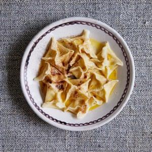 Pasta de la abuela Platos de pasta fresca hechos a mano Pasta con pasta de huevo / Cestas de pasta Mónica con ricotta y limón. Comida: Beatrice Ferrante. Accesorios: Louie Waller.