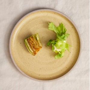 Corazón de apio estofado de Tom Hunt con ricotta y hojas de apio caseras.