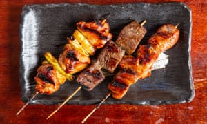 """""""Ahumado y cocinado en el lugar correcto"""": brochetas de carne de res, cerdo y pollo."""