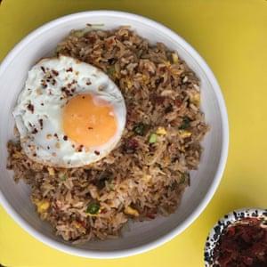 """Anissa Helou: """"Tradicionalmente, el nasi goreng está hecho de cebolletas y pimientos frescos y se sirve en el desayuno con un huevo frito""""."""