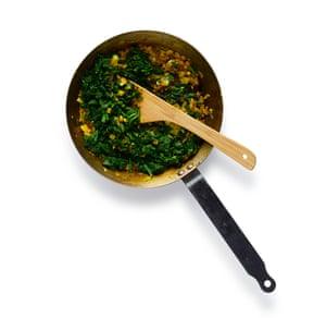 Saag Paneer 06: 7 En el ghee, fría la cebolla, el ajo, el jengibre, el chile y las especias hasta que se ablanden, luego agregue las espinacas picadas.