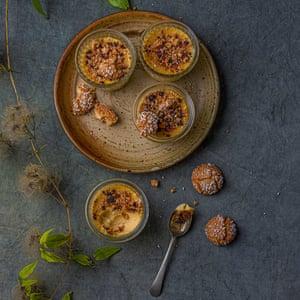 Crema de marsala con migas de amaretti.