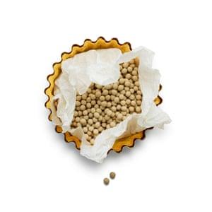 Felicity Cloake Pumpkin Pie 06. 4 Llena la lata con frijoles o arroz y cocina por 15 minutos. Retire los frijoles y cocine nuevamente por 10 minutos.