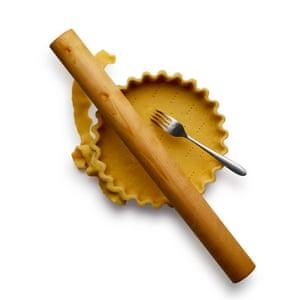 Felicity Cloake Pumpkin Pie 05. 3 Extienda la masa hasta el grosor de una pieza de 1 libra, luego úsela para forrar un molde para pastel engrasado y cortar los bordes.