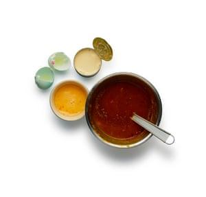 Felicity Cloake Pumpkin Pie: 5. Mezcle el jarabe, el ron y las especias en el puré de calabaza, luego agregue los huevos y la leche evaporada.