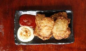 """""""Una combinación ridículamente atractiva de crujiente y salada, con piezas friables que no pueden escapar"""": el karrage de pollo."""