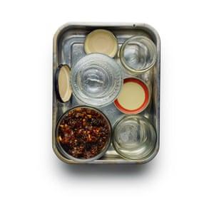Felicity Cloake Hoppers 2. 2 Si realiza el llenado por adelantado, lave y esterilice las ollas, listas para llenarlas directamente del horno.