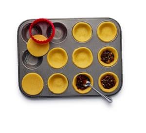 Felicity Cloake corta los pasteles 5. 7 Corta la masa enrollada en rodajas y forra una lata engrasada.