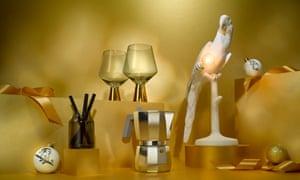 De izquierda a derecha: difusor Design Project, máquina de café espresso Alessi, vasos de ginebra de vidrio verde y dorado, lámpara de loro Seletti.