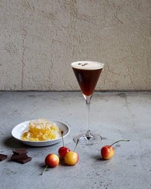 El ganso Espresso Martini gris con miel, chocolate y cerezas.