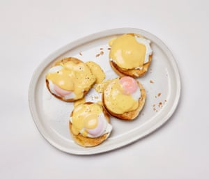 Huevos reales de Felicity Cloake: magdalenas tostadas, untar con mantequilla, decorar con huevos y salsa ...