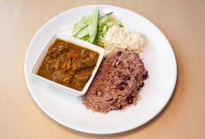 """""""Un trago de pimiento picante y pimiento picante"""": cabra al curry con arroz y guisantes."""