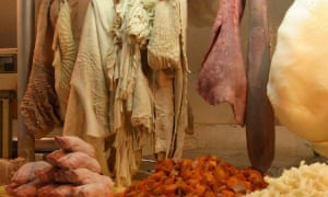 Eligiendo comer de nariz a cola en un puesto de mercado en Lima, Perú.