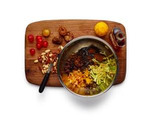 Tartaletas Felicity Cloake .1 Reúna sus ingredientes de relleno: frutas secas, nueces, ralladura de cítricos, especias y sebo. Y un buen trago de alcohol.