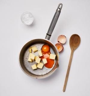 Felicity Cloake Royal Eggs 2 Prepara primero a los holandeses. Derrita la mantequilla, las yemas de huevo y el agua y revuelva a fuego lento hasta que la mezcla se espese.