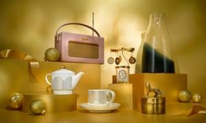 Tetera, taza y platillo, Roberts Revival iStream 3, vela de díptico de carrusel, joyero de oro, florero de Dinamarca.