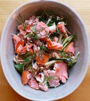 Listo para usar: salmón ahumado caliente con pepino y eneldo.