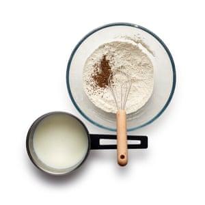 Mientras la leche se calienta, combine las harinas, la sal y el comino en un tazón