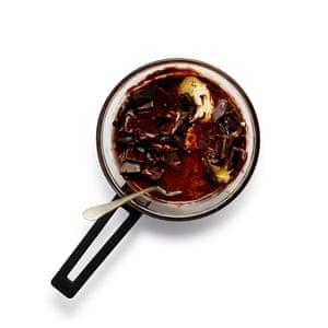 Felicity Cloake Choco Brownie 1 Derrite suavemente la mantequilla y el chocolate en un tazón sobre agua hirviendo, luego deja enfriar a temperatura ambiente.