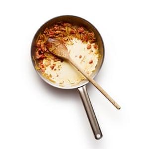 Felicity Cloake Tartiflette 3 Fríe la cebolla y el tocino, luego agrega el vino y cocina hasta que se evapore. Retire del fuego y agregue la crema.