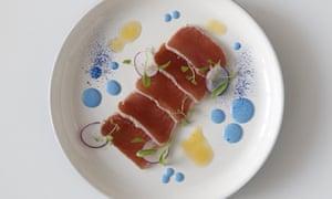 """""""Hay una buena razón por la cual los alimentos salados rara vez son azules"""": atún espirulina azul."""
