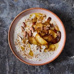 Gachas de avena y trigo sarraceno de Jordan Bourke con manzanas marrones.