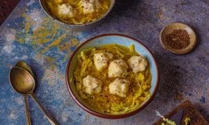 Sopa de col, alcaravea y pimienta de Simon Hopkinson con albóndigas de patata.