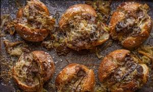 Patata roja cocinada en mantequilla de trufa negra por Sam Astley-Dean y Phil Howard.