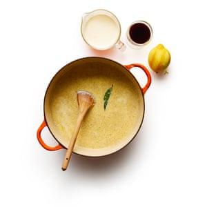 Arroz con leche 04. 5 Vierta la leche, luego agregue la ralladura de limón rallada, una pizca de sal, la crema y el jerez, y hierva.