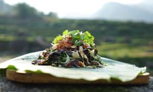 Ensalada de papaya verde y carne de búfalo ahumada de Luke Nguyen