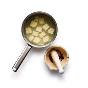 Mapo Tofu 01: Blanquee el tofu en cubos en agua hirviendo con sal, luego déjelo a un lado; y moler la mitad de los granos de pimienta de Sichuan.