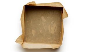 Engrase y forre una caja con unos 24 cm de papel pergamino.