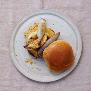 Sándwich de queso a la parrilla Meike Peters con chalotes y manzana.