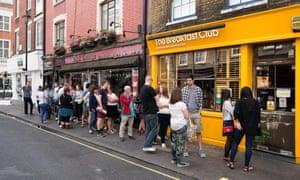 Los clientes hacen cola afuera del Breakfast Club Cafe en Soho, Londres