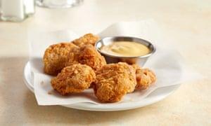 un plato de nuggets de pollo cultivados