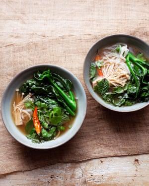 Sirva en cuencos profundos: caldo, verduras de invierno, fideos de arroz.