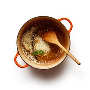 Arroz con leche 3 Derrita la mantequilla, incorpore el azúcar que se disuelve, luego agregue la baya, la vainilla y las especias, antes de incorporar el arroz para cubrir