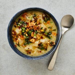 Sopa de apio, ajo y arroz de Yotam Ottolenghi con salsa de limón.