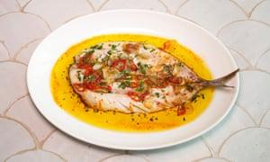 """""""Un excelente trozo de pescado, pero £ 18"""": caballa entera deshuesada, adornada con chile y pimentón."""