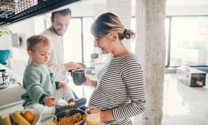 Foto de una joven familia preparando el desayuno juntos en su cocina