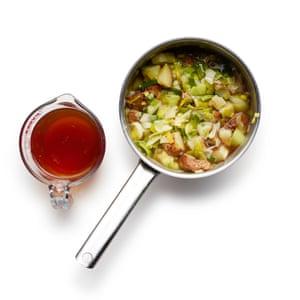 Felicity Cloake Potato Soup 04: 4 Fríe los puerros en la mantequilla, luego agregue las papas sin piel picadas y revuelva para cubrir, antes de agregar el caldo.