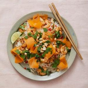 Fideos de arroz con camarones, lima, maní y hierbas de Johansen Sign.