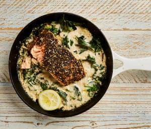 Yotam Ottolenghi za'atar salmón cocinado en tahini.