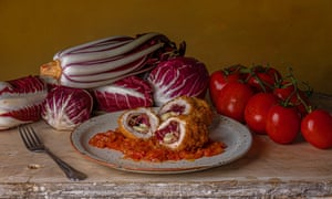 Pechuga de pollo con radicchio, mozzarella y jamón de Parma.