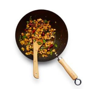 Vierta la salsa, reduzca para que cubra el pollo, luego termine agregando las nueces y las hojas de cebolla.