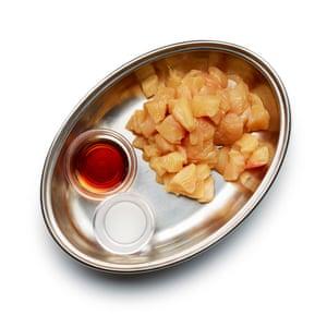 Cortar el pollo en dados y marinarlo en una pasta 1: 1 de maicena y agua mezclada con media cucharadita de salsa de soya ligera.